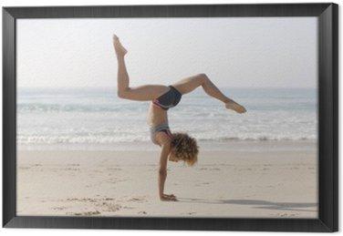 Ingelijst Canvas Vrouw beoefenen van yoga buitenshuis