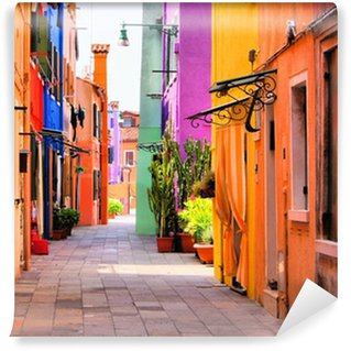 Värikäs katu burano, lähellä venetsia, italia Itsestäänkiinnittyvä Valokuvatapetti
