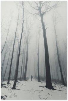 Mies metsään ja korkeita puita talvella Juliste