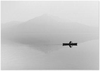 Sumu järven yli. siluetti vuoret taustalla. mies makaa veneessä meloa. mustavalkoinen Juliste