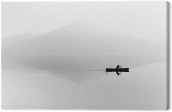 Sumu järven yli. siluetti vuoret taustalla. mies makaa veneessä meloa. mustavalkoinen Kangastuloste