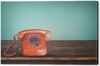 Vanha retro punainen puhelin pöydällä vintage vihreä pastelli tausta Kangastuloste