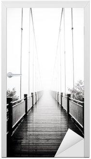 Kapı Çıkartması Sis içinde yaya ahşap köprü görünümü