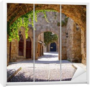 Kaststicker Middeleeuwse gebogen straat in de oude stad van Rhodos, Griekenland