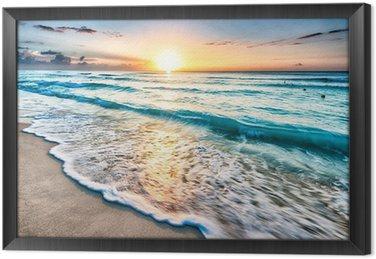 Auringonnousu yli rannalla cancunissa Kehystetty Kangas
