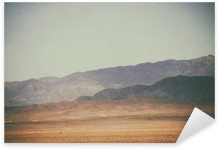Bergspitzen und Bergketten in der Wüste / Spitze Gipfel und Bergketten rauer dunkler sowie heller Berge in der Mojave Wüste in der Nähe der Death Valley Kreuzung. Pixerstick Klistermærke