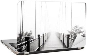 Laptopdekor Visa på fotgängare träbro i dimma