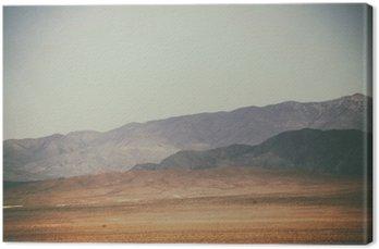 Leinwandbild Bergspitzen und Bergketten in der Wüste / Spitze Gipfel und Bergketten Rauer dunkler Eulen hellerer Berge in der Mojave-Wüste in der Nähe der Kreuzung Death Valley.