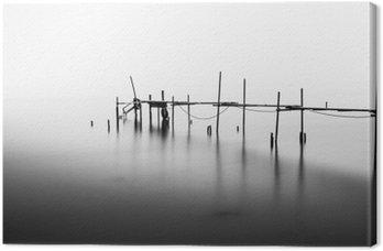 Leinwandbild Eine Langzeitbelichtung eines zerstörten Pier in der Mitte der Sea.Processed in B