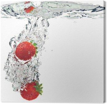 Leinwandbild Erdbeeren werden in Wasser getropft