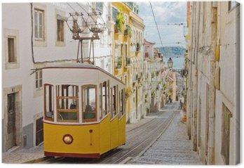 Leinwandbild Historische Straßenbahn auf einer Straße in Lissabon