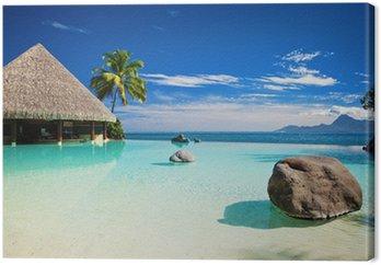 Leinwandbild Infinity-Pool mit künstlichem Strand und Meer