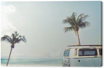Leinwandbild Oldtimer auf dem tropischen Strand geparkt (Meer) mit einem Surfbrett auf dem Dach - Urlaubsreise im Sommer