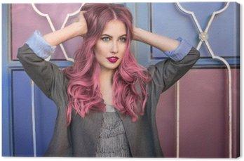 Leinwandbild Schöne hipster Mode-Modell mit geschweiften rosa Haaren vor der bunten Wand aufwirft