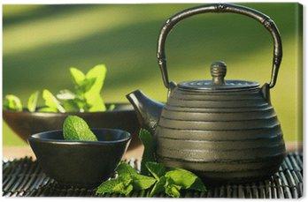 Leinwandbild Schwarze Eisen asiatische Teekanne mit Zweige Minze für Tee