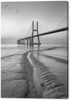 Leinwandbild Vasco da Gama-Brücke in Schwarz und Weiß, Sonnenaufgang Lissabon