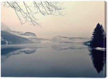 Leinwandbild Verschneite Winterlandschaft auf dem See in schwarz und weiß. Monochrome Bild im Retro-Vintage-Stil mit Soft-Fokus, roter Filter und etwas Lärm gefiltert; nostalgischen Konzept des Winters. Lake Bohinj, Slowenien.