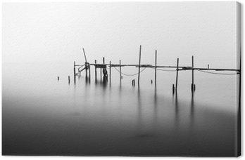 Lerretbilde En lang eksponering av en ødelagt pir i midten av havet. Behandlet i B & W.