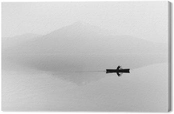 Lerretbilde Tåke over innsjøen. Silhuett av fjell i bakgrunnen. Mannen flyter i en båt med en padle. Svart og hvit