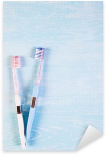 Naklejka Dwa szczoteczki do zębów i rumianek kwiaty na jasnym tle. Koncepcja kosmetyków naturalnych dla zdrowia. Ty ja. Widok z góry