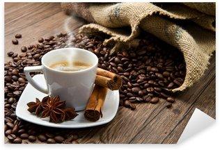 Naklejka Filiżanka kawy z konopie worek z palonych ziaren na rustykalną tabeli