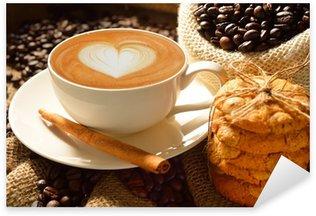 Naklejka Pixerstick Kubek cafe latte z ziaren kawy i ciasteczka