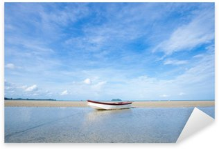Naklejka Mała łódź na plaży