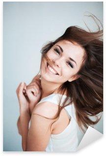 Naklejka Młoda dziewczyna śmieje się szczęśliwie
