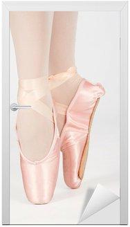 Naklejka na Drzwi Baletnicą stojąc na palcach podczas tańca Conversi artystyczne