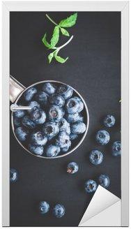 Blueberry na czarnym tle. Widok z góry, płaska lay