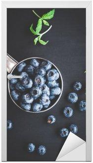 Naklejka na Drzwi Blueberry na czarnym tle. Widok z góry, płaska lay