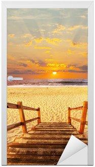 Naklejka na Drzwi Boardwalk na plaży