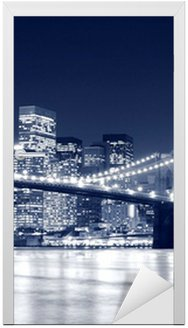 Naklejka na Drzwi Brooklyn Bridge i Manhattan Skyline w nocy, New York City