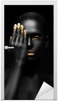 Naklejka na Drzwi Ciemnoskóra kobieta z golden make-up.