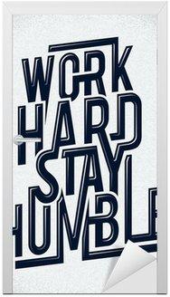 Naklejka na Drzwi Ciężko pracować pozostać skromny rysunek typografia wektorowych.