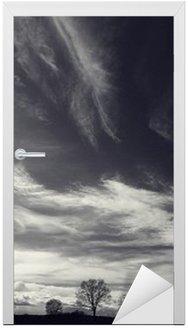Naklejka na Drzwi Czarno-białe zdjęcie krajobrazu jesienią
