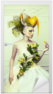 Naklejka na Drzwi Dama z awangardowym włosy