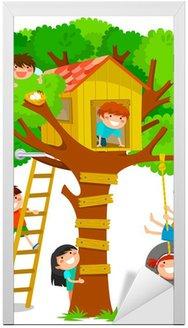 Naklejka na Drzwi Dzieci bawiące się w domku na drzewie
