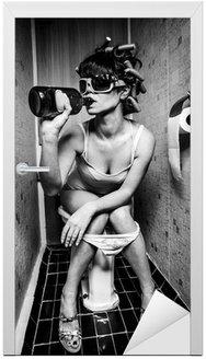 Naklejka na Drzwi Dziewczyna siedzi w toalecie