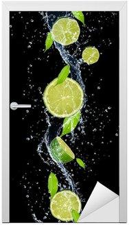 Naklejka na Drzwi Limes w plusk wody, odizolowane na czarnym tle
