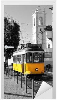 Naklejka na Drzwi Lisbon Old żółty tramwaj na czarnym i białym tle