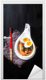 Makaron Miso Ramen azjatyckich z jaj, krewetki, zielonej cebuli, chili p