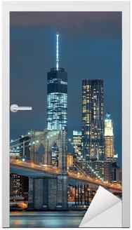 Naklejka na Drzwi Manhattan w nocy