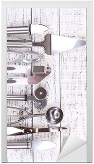 Metalowe naczynia kuchenne na stole zbliżenie