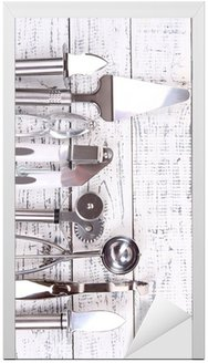Naklejka na Drzwi Metalowe naczynia kuchenne na stole zbliżenie