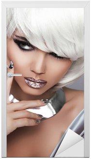 Naklejka na Drzwi Moda Dziewczyna Blond. Uroda portret kobiety. Białe krótkie włosy. Seks