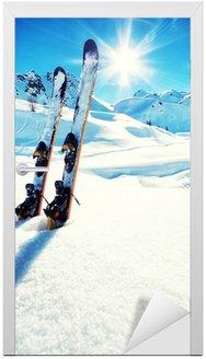 Naklejka na Drzwi Narty w śniegu w górach