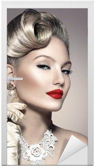 Piękna kobieta retro z doskonałego makijażu i fryzury