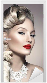 Naklejka na Drzwi Piękna kobieta retro z doskonałego makijażu i fryzury