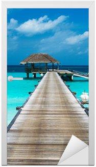 Naklejka na Drzwi Piękna plaża z wody bungalowów